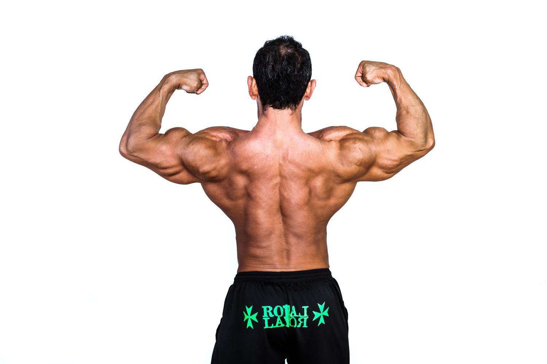 屈強な肉体を表現している大きく逞しい広背筋を見せつけるマッチョマン