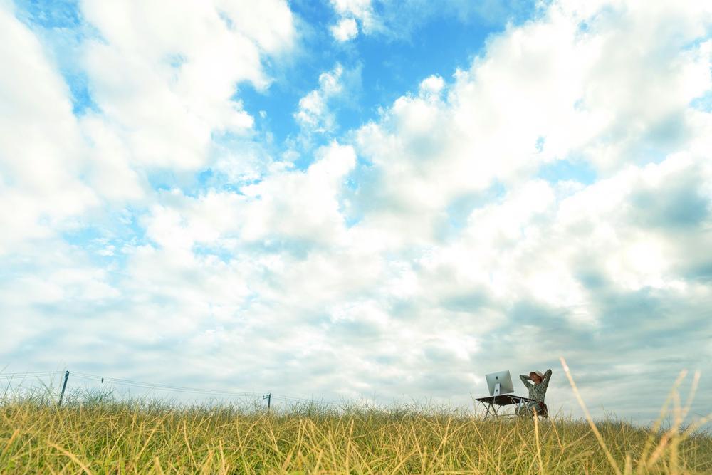 澄み切った青い空と金色の大地と一つのデスク