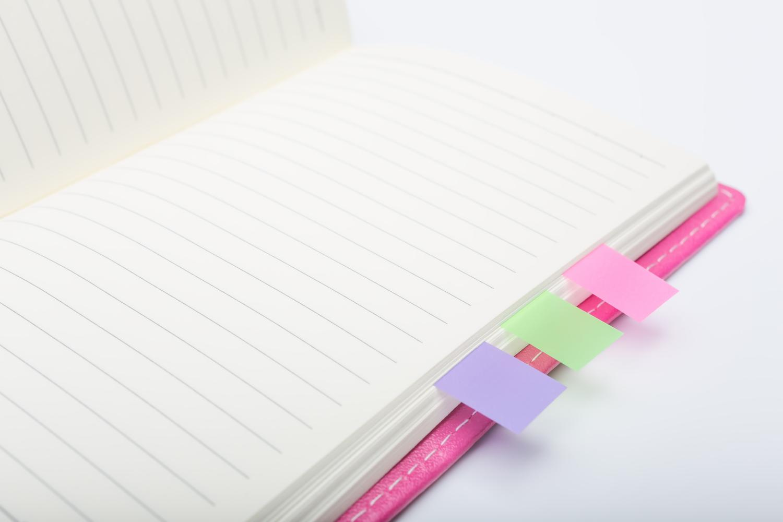 大事な部分に付箋をつけているノート