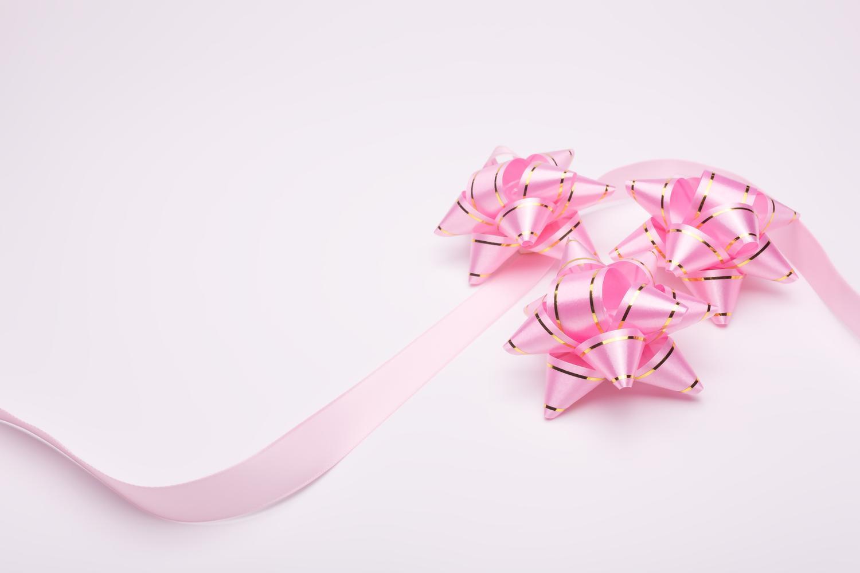 ピンク色の可愛いリボンでつながっているあなたと私