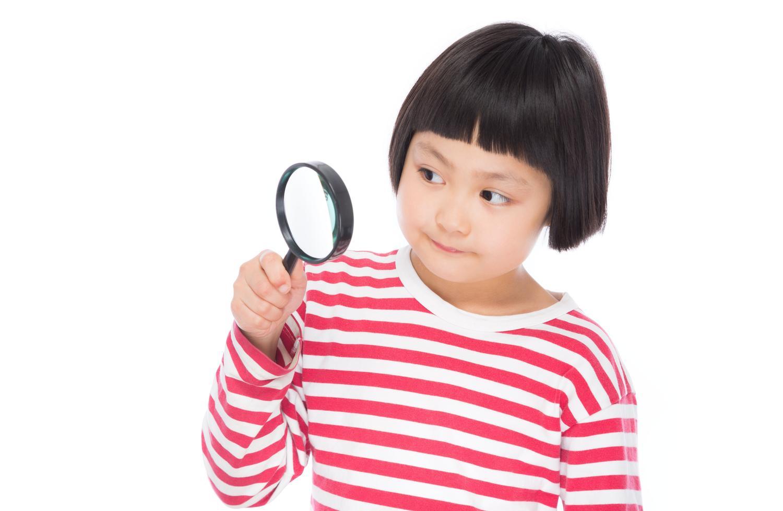 ココロの奥底を虫眼鏡で覗こうと試みるおかっぱ頭のかわいい女の子