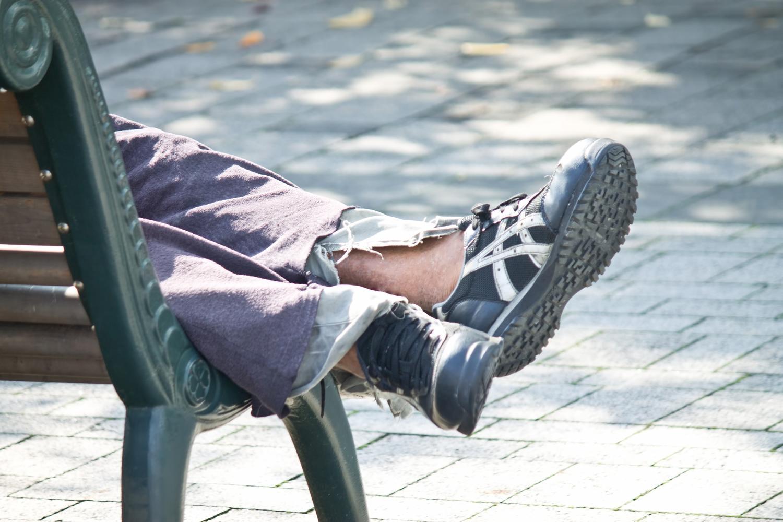 ベンチで熟睡する人の足はこんな感じで開放的になっている