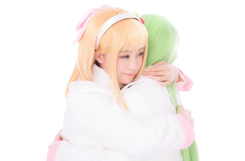 自分を優しく抱きしめて許してあげるとつぶやいている天使の女の子