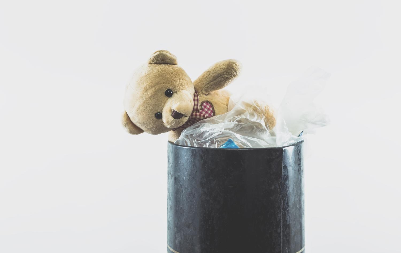 否定的になり大事なクマのぬいぐるみもゴミ箱に捨ててしまった状態