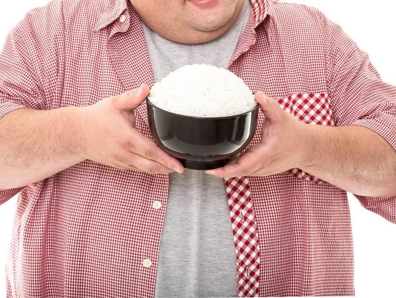 白飯が山盛りになったご飯茶碗を見せてるぽっちゃり