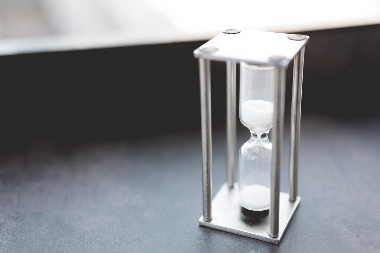 長い時間を刻む白い砂時計