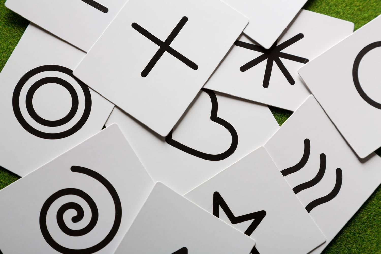 さまざまな記号がかかれているたくさんの選択肢カード