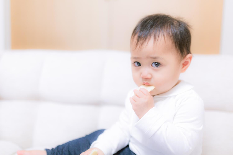 メリットとデメリットが良くわからなくて疑りの目でこっちを見ている愛くるしい赤ちゃん