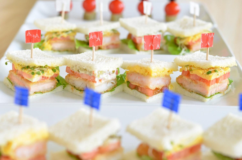 イロイロな食材が入っているサンドイッチ一口サイズ