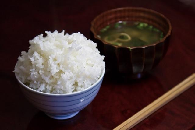 美味しそうな日本の朝食である銀シャリご飯と出汁の効いた味噌汁