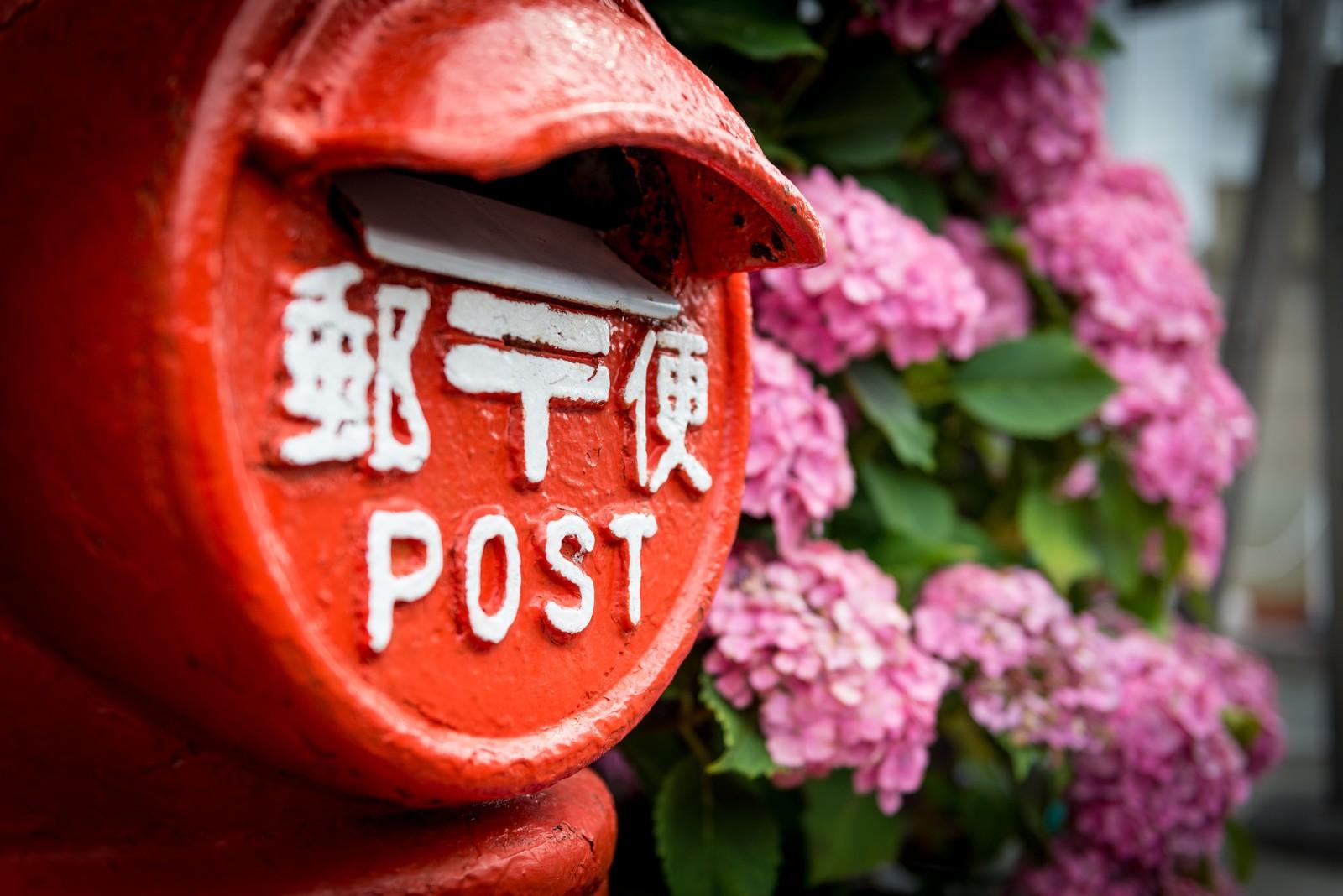 雨が降る中大事な人に手紙を投函するポストの場所