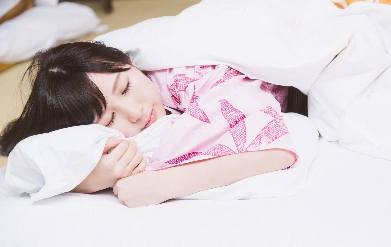 大好きな彼氏に抱き着いている夢を見ている幸せなかわいい女の子
