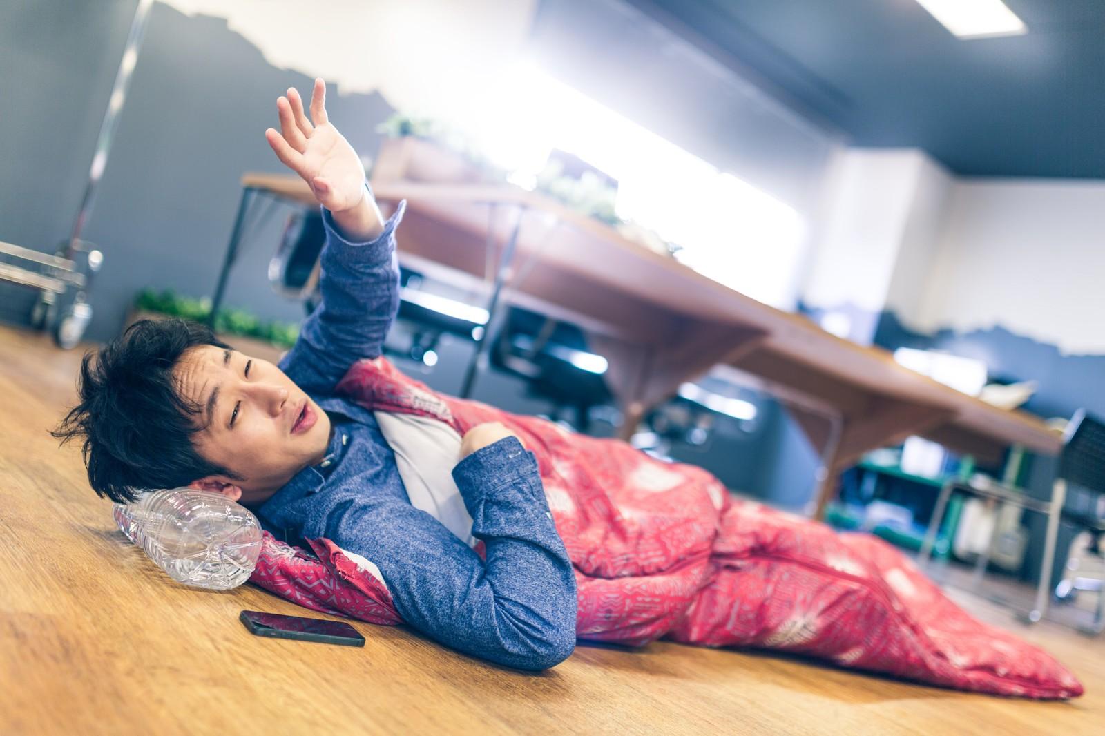 枕がペットボトルで、かつ、寝袋で寝ているため疲れが全然抜けていない鬱病なりかけのビジネスマン