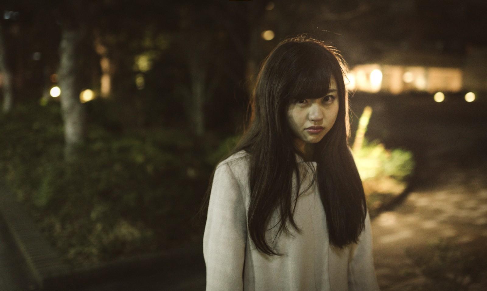 暗闇の中、お前が全て悪いんだと訴えかけている美少女