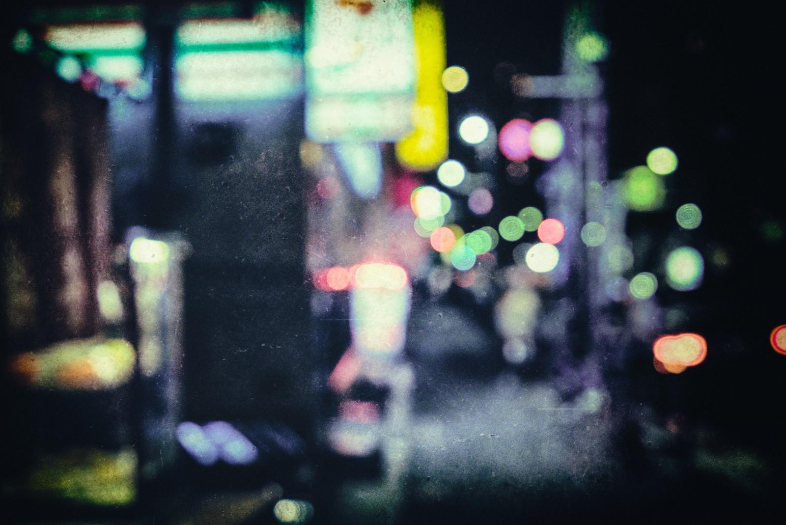 照明が怪しく光る夜の街