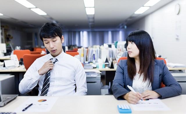 仕事の愚痴や弱音を言い合える異性の同僚二人