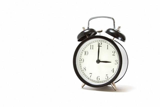 強力に起こしてくれる目覚まし時計が3時になった