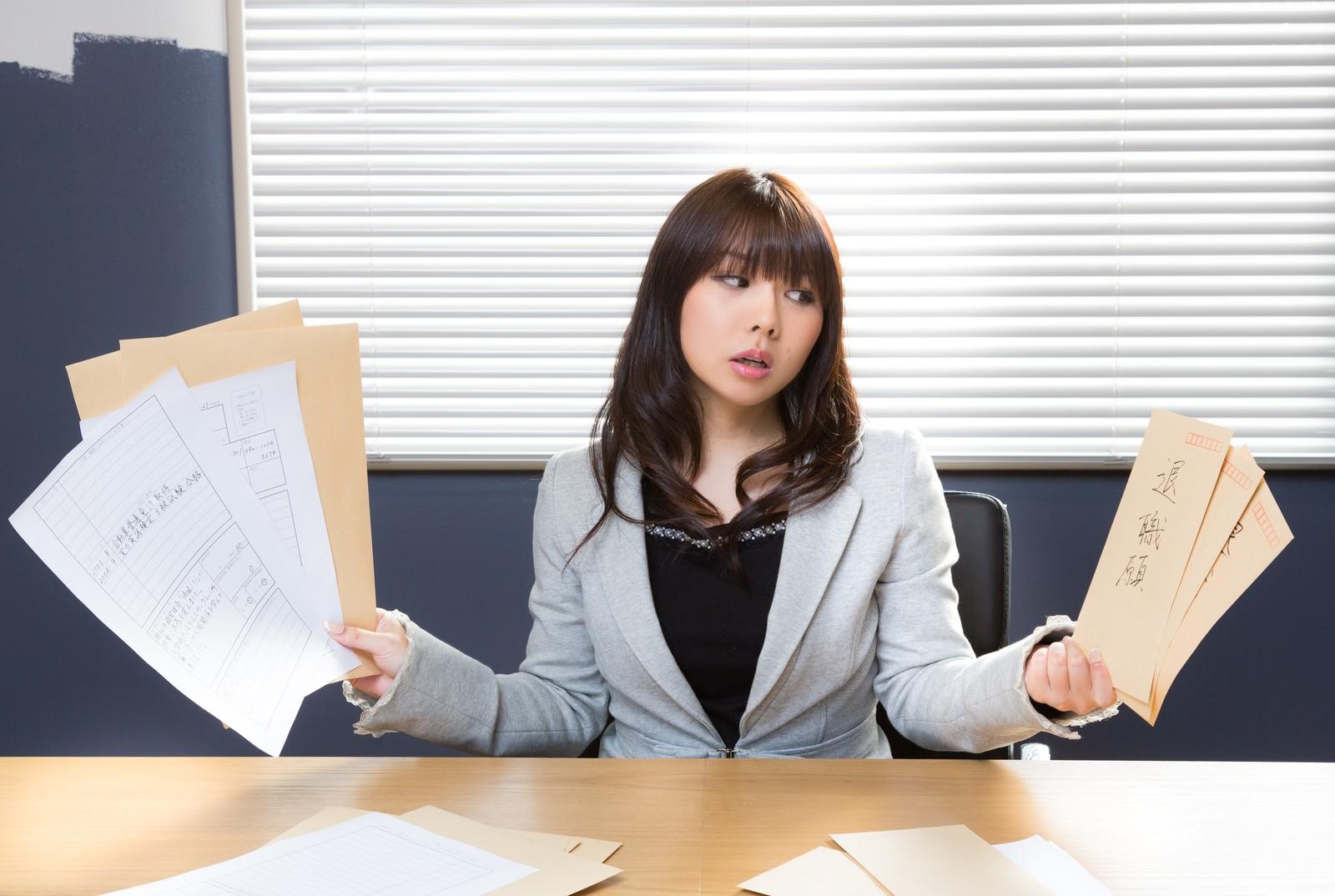 退職願は簡単に書けたのに転職用の履歴書は何枚書いても終わらないと嘆くクール美女