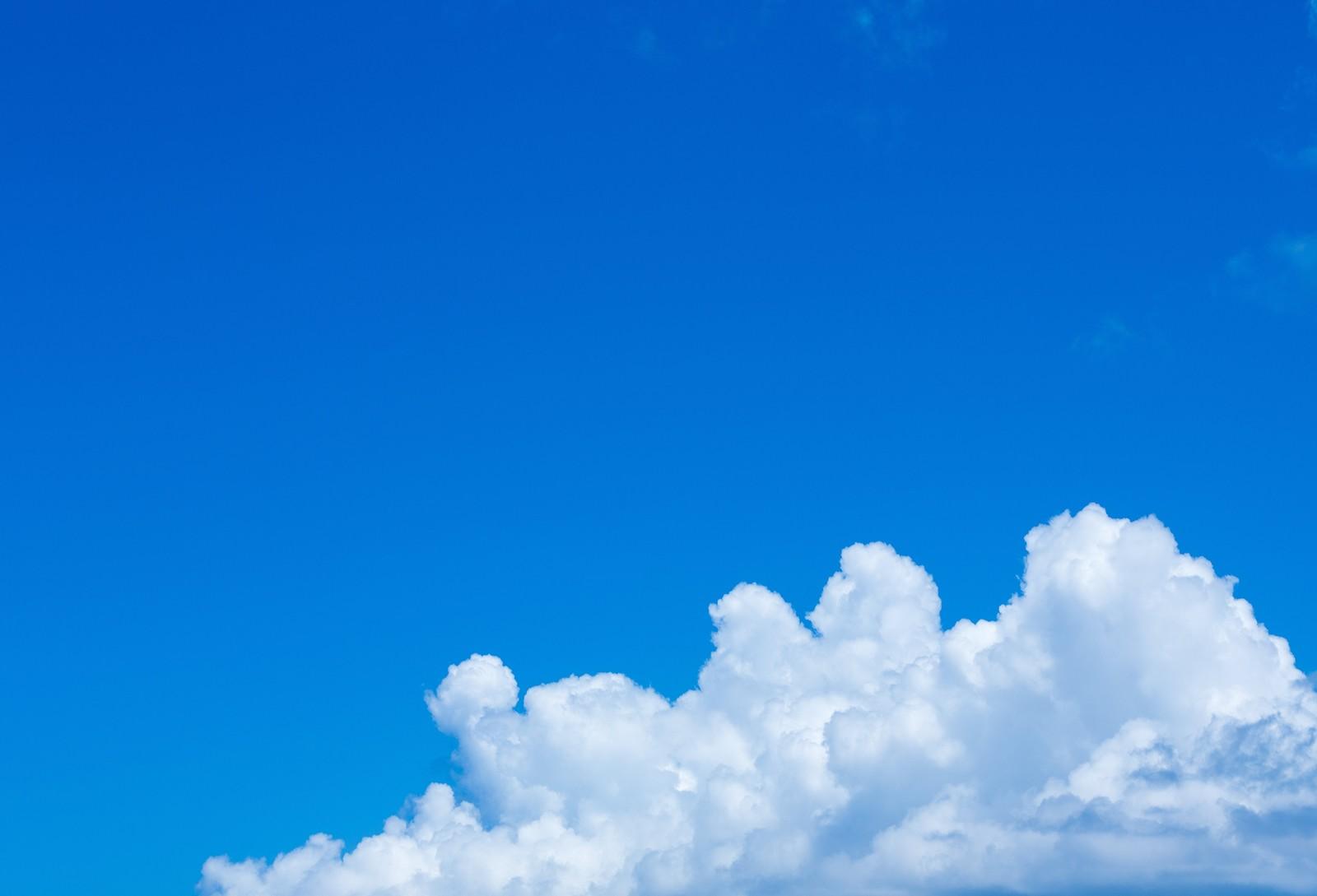 ココロが洗われるような真っ青な空