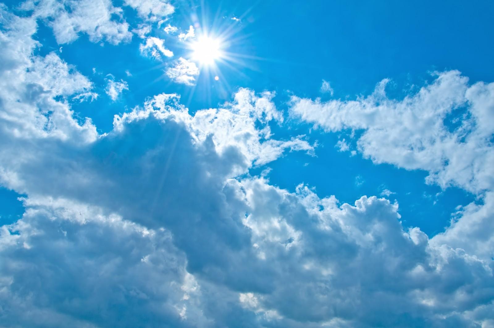 光り輝く太陽がある青空