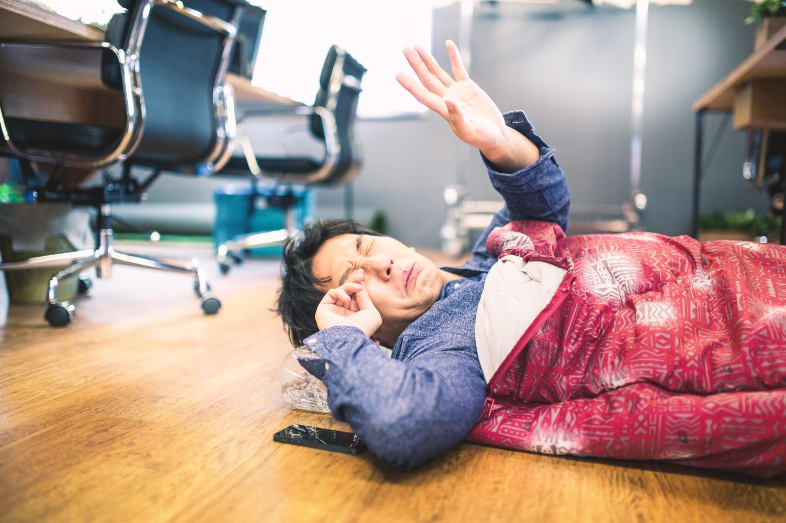 不眠症か睡眠障害を患い会社で寝起きしているサラリーマン