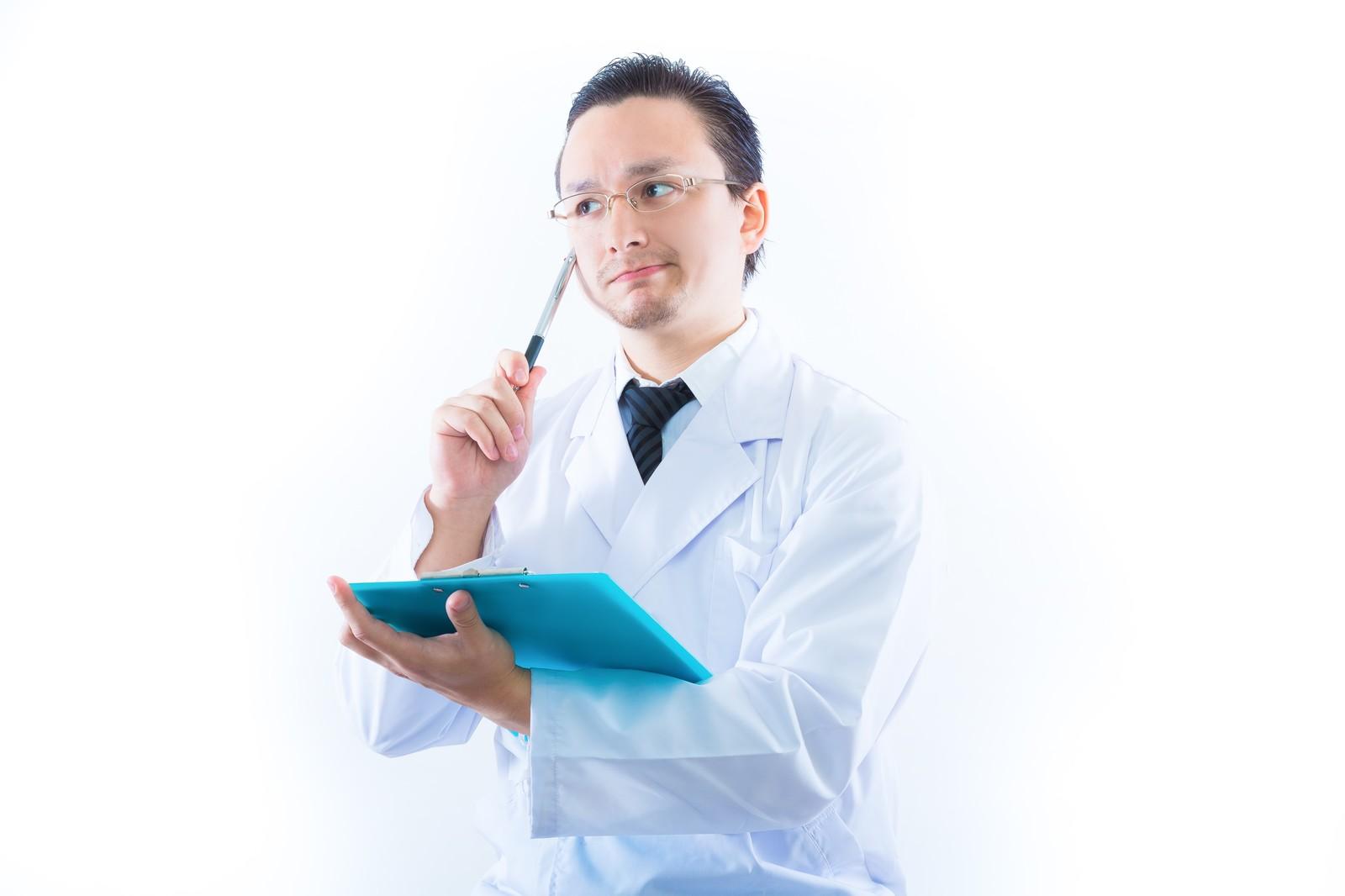「う~ん」と悩みながら診断しようとしているお医者さん