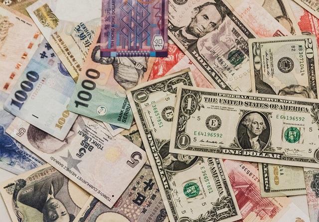 どんな国でも生活していくにはお金が必要って感じのお札の写真