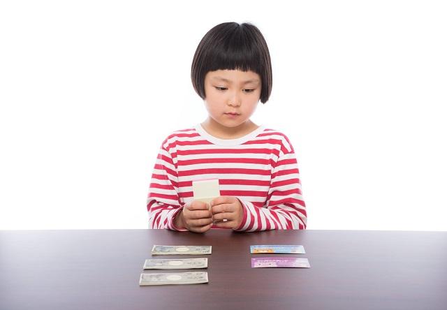 障害年金を教えてもらい、もらえる金額がわかったおかっぱ頭の女の子