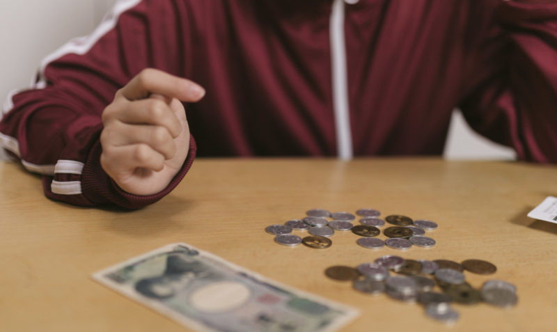 お金を数えているジャージの娘